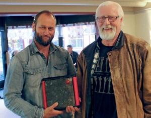 """Stein Torleif Bjella er vinner av Edvardprisens kategori """"Årets tekstforfatter"""" for albumet """"Heim for å døy"""". I tråd med albumets tema ble prisen overrakt """"heime"""" på Ål 22. oktober, av sambygding Arne Moslåtten, som skriver tekster for Hellbillies. Han vant også samme pris i 2008."""