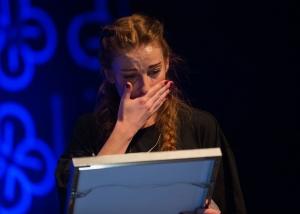 Gabrielle Leithaug med diplomet som slår fast at hun er vinner av EDVARD-prisen 2014 (foto: Hermann Stenerud)