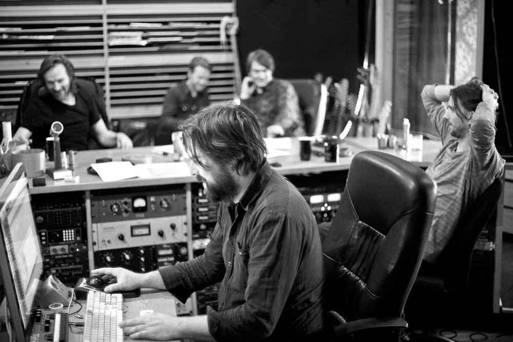 «Rapport fra eit grensehotell» ble innspilt i Velvet Recording i Spydeberg. Produsent og tekniker Lars Voldsdal i forgrunnen. (Foto: Edgar B. Bachel)