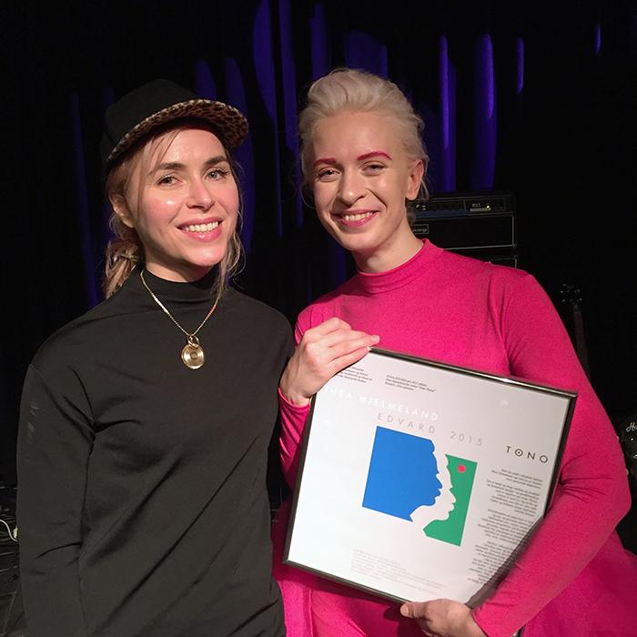 """Hilde Marie Kjersem vant EDVARD-prisen i kategorien """"Årets Utfordrer"""" i fjor, og delte ut prisen i samme kategori til Thea Hjelmeland på vegne av juryen."""