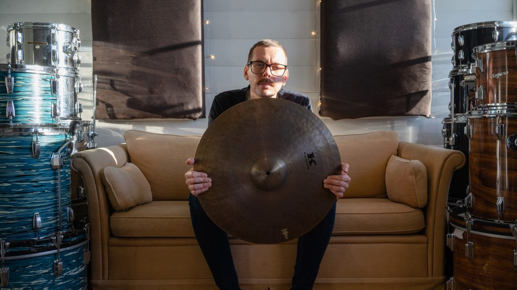 Kim Åge Furuhaug i sofa med instrumenter