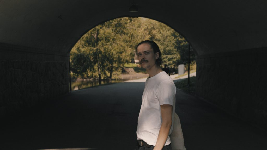 Eirik Havnes i park under en bro