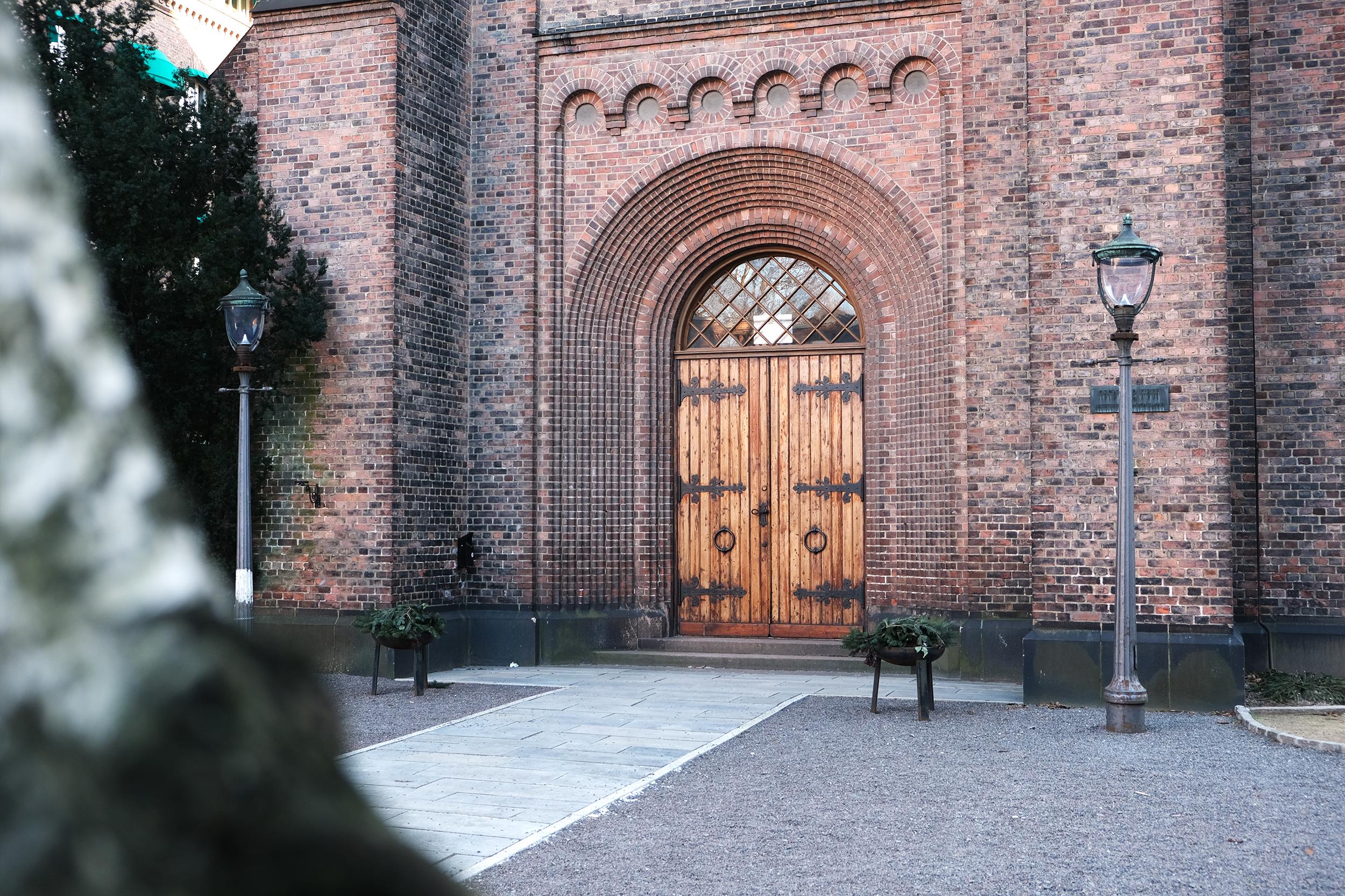 En inngangsdør til en norsk steinkirke.