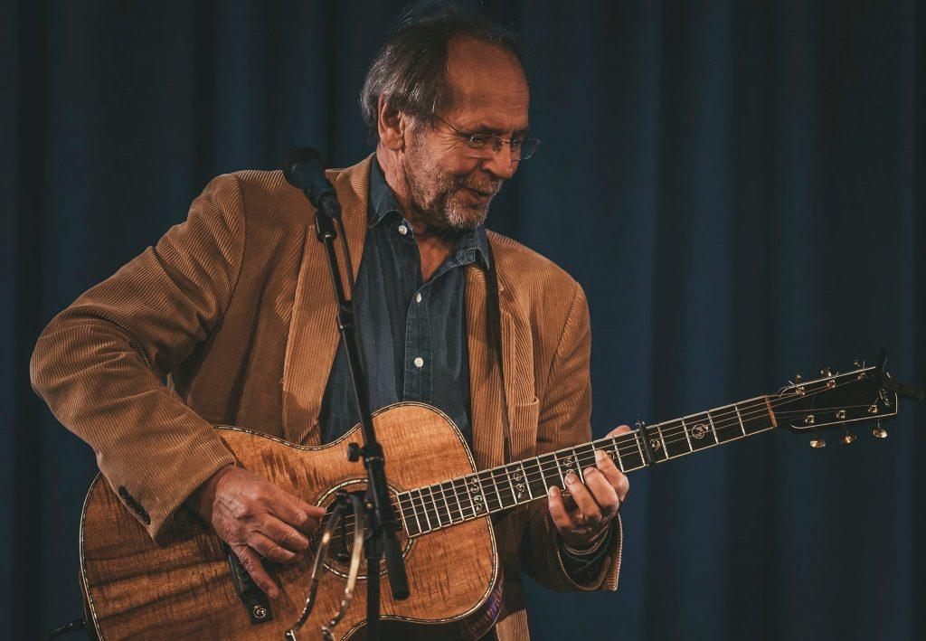 Ole Paus med gitar