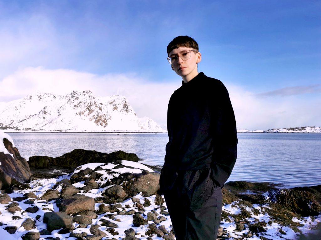 Tine Surel Lange foran fjell i Lofoten